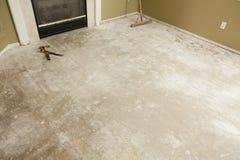 Assoalho concreto da casa com a vassoura pronta para pavimentar a instalação fotografia de stock
