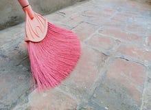 Assoalho cor-de-rosa do tijolo da lavagem do cabo de vassoura do f? imagem de stock