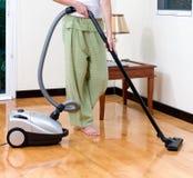 Assoalho da limpeza da dona de casa com aspirador de p30 Imagens de Stock Royalty Free