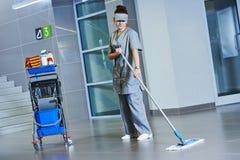 Assoalho da limpeza do trabalhador com máquina Fotos de Stock Royalty Free