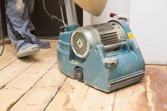Assoalho da prancha da restauração com máquina de moedura fotografia de stock
