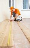 Assoalho de junta do parket do trabalhador do carpinteiro Fotos de Stock Royalty Free