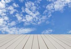 Assoalho de madeira com nuvens e o céu azul Fotografia de Stock