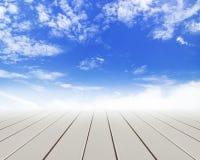 Assoalho de madeira com nuvens e o céu azul Imagens de Stock