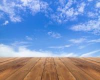 Assoalho de madeira com nuvens e o céu azul Fotos de Stock Royalty Free