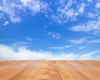 Assoalho de madeira com nuvens e o céu azul Imagem de Stock