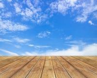 Assoalho de madeira com nuvens e o céu azul Fotografia de Stock Royalty Free