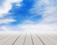 Assoalho de madeira com nuvens e o céu azul Foto de Stock