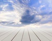 Assoalho de madeira com nuvens e o céu azul Foto de Stock Royalty Free