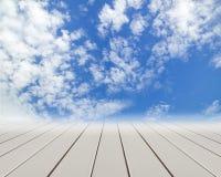 Assoalho de madeira com nuvens e o céu azul Fotos de Stock