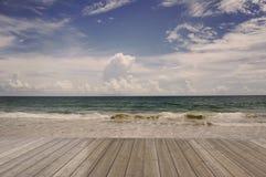 Assoalho de madeira com paisagem do abrandamento da luz do dia do sol da areia do céu azul da praia do mar ilustração royalty free