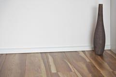 Assoalho de madeira com parede e o vaso brancos Foto de Stock Royalty Free
