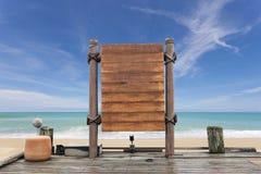 Assoalho de madeira do quadro indicador e da madeira na praia para o fundo do verão Foto de Stock