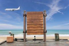 Assoalho de madeira do quadro indicador e da madeira na praia para o fundo do verão Imagens de Stock
