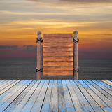 Assoalho de madeira do quadro indicador e da madeira na praia para o fundo do verão Imagem de Stock