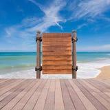 Assoalho de madeira do quadro indicador e da madeira na praia para o fundo do verão Fotografia de Stock