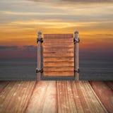 Assoalho de madeira do quadro indicador e da madeira na praia para o fundo do verão Fotos de Stock Royalty Free