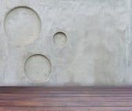 Assoalho de madeira e muro de cimento cinzento com o CCB picado da textura do círculo imagem de stock royalty free