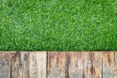 Assoalho de madeira na textura artificial da grama Fotos de Stock Royalty Free