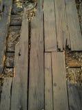 Assoalho de madeira quebrado velho que precisa a reconstrução imagem de stock royalty free