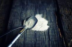 Assoalho de madeira sujo com cocain da colher da seringa da droga Imagem de Stock Royalty Free