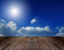 Assoalho de madeira velho da perspectiva e céu nebuloso Imagem de Stock Royalty Free
