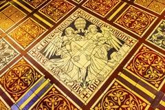 Assoalho de telha papal De dos anjos das chaves Krijtberg Amsterdão Países Baixos Fotografia de Stock