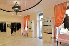 Assoalho de troca da loja da roupa do ` s das mulheres fotos de stock royalty free