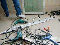 Assoalho desarrumado do em--campo onde técnicos que instalam a janela de deslizamento para um apartamento foto de stock