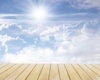 Assoalho do céu e da madeira imagens de stock royalty free