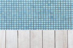 Assoalho e água de madeira da natação da associação imagens de stock