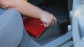 Assoalho empoeirado arrebatador do proprietário de carro para dentro pela vassoura e pelo pá-de-lixo, serviço de limpeza filme