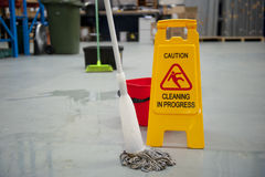 Assoalho molhado do cuidado da limpeza Foto de Stock