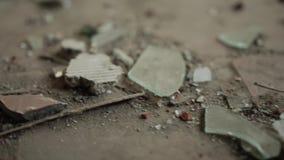 Assoalho sujo em uma sala abandonada Lasca de vidro Fim acima cinematic filme