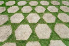 Assoalho verde do pátio, decorado com lajes e gramado de pedra da grama Ajardinar em Ásia Fotos de Stock