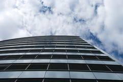 Assoalhos de um edifício moderno na skyline imagens de stock royalty free