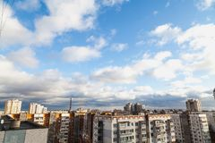 Assoalhos superiores de construções altas nas nuvens imagens de stock royalty free