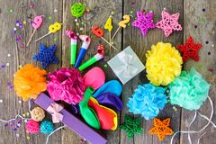 Assobios, presentes dos balões, velas, decoração Fotografia de Stock