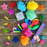 Assobios, presentes dos balões, velas, decoração no fundo de madeira velho Foto de Stock