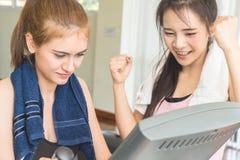 Associé d'ami de séance d'entraînement de forme physique se motivant Photographie stock libre de droits