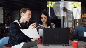 Associé trois travaillant sur le nouveau plan d'action banque de vidéos