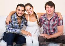 Associés adultes heureux dans l'intérieur à la maison Photos libres de droits
