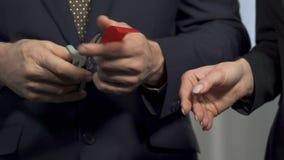 Associés coupant le ruban rouge et se serrant la main, association, accord banque de vidéos