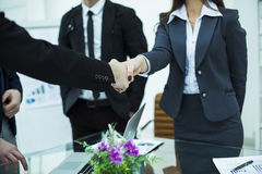 Associés de poignée de main après l'examen du contrat au lieu de travail image stock