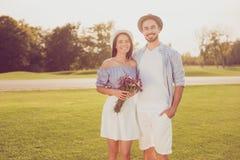 Associés doux mignons une date dehors, bien habillé, ainsi excité Photo stock