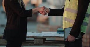 Associés du chantier de construction deux faisant une affaire tenant des mains banque de vidéos