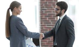 Associés financiers de poignée de main bienvenue photo libre de droits