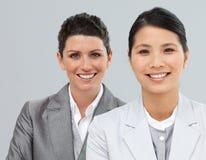 Associés heureux d'affaires dans une ligne Image stock