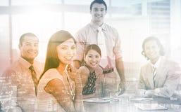 Associés internationaux d'affaires lors d'un contact photos stock