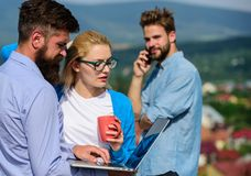 Associés rencontrant l'atmosphère non formelle Concept de pause-café Ordinateur portable d'écran d'attention de salaire de collèg photographie stock libre de droits
